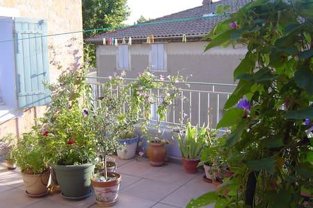 Grande chambre -maison coeur de village- Provence - Saint-Saturnin-lès-Avignon - Townhouse