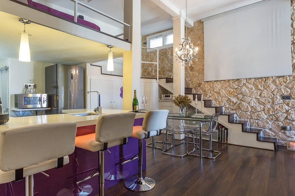 Living room & kithen, tv proyector, stone walls / Comedor y cocina, proyector de TV, paredes de piedra