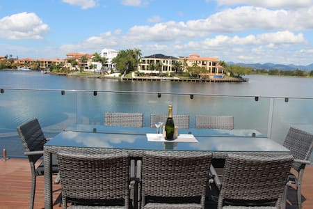Location! In the heart of the Gold Coast/4B/Pool - Clear Island Waters