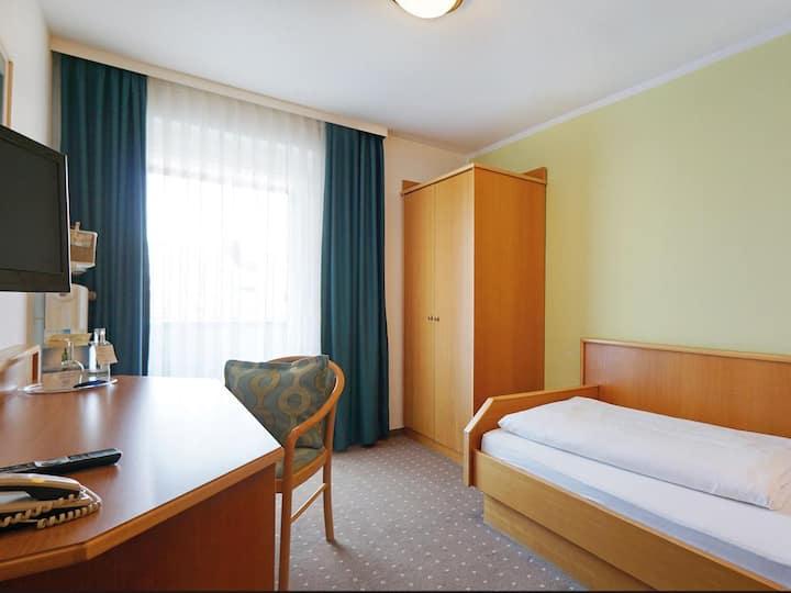 Kurhotel Schatzberger (Bad Füssing), Einzelzimmer Kat. A (18qm) mit Balkon und Fernseher