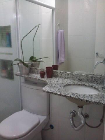Banheiro com chuveiro com 8 temperaturas e box de vidro.