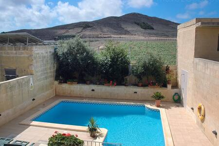 Luxury 3 Bed with pool, quiet area - Gharb