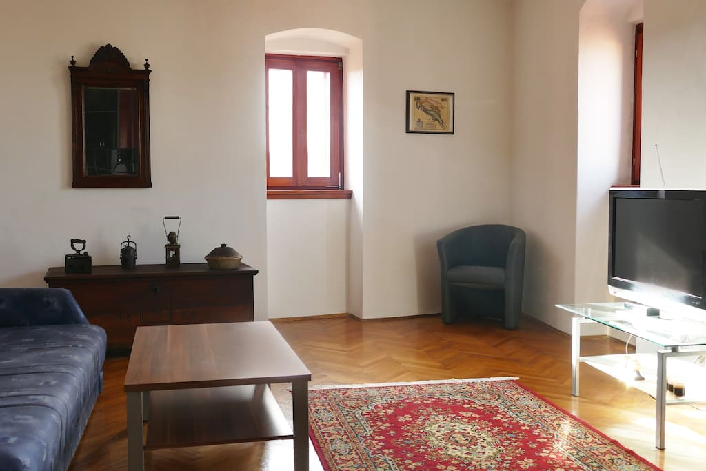 The spacious and cosy living room with TV (6 national programms) and free WiFi.