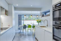 Stylishly renovated, spacious London home SLEEPS 8