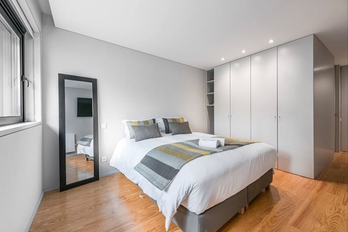 1 Bedroom  with 55* TV on the wall / acess to Netflix