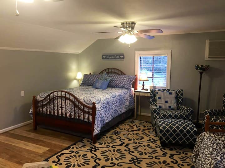 Trendy studio over garage near downtown  and BJU