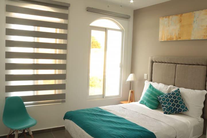 Habitación cama matrimonial con ventanales , todo completamente nuevo.