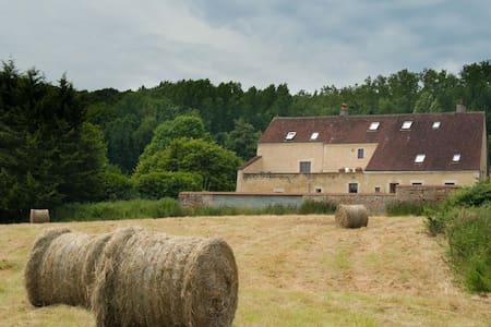 Le cheval Blanc , ferme rénovée - Vichères - Hus