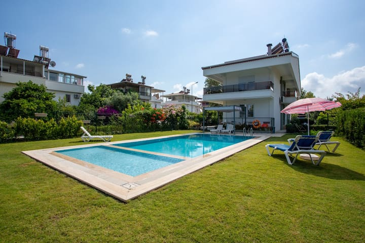 AMADO - Duplex 3 Bed with Pool View and 2 Showers!