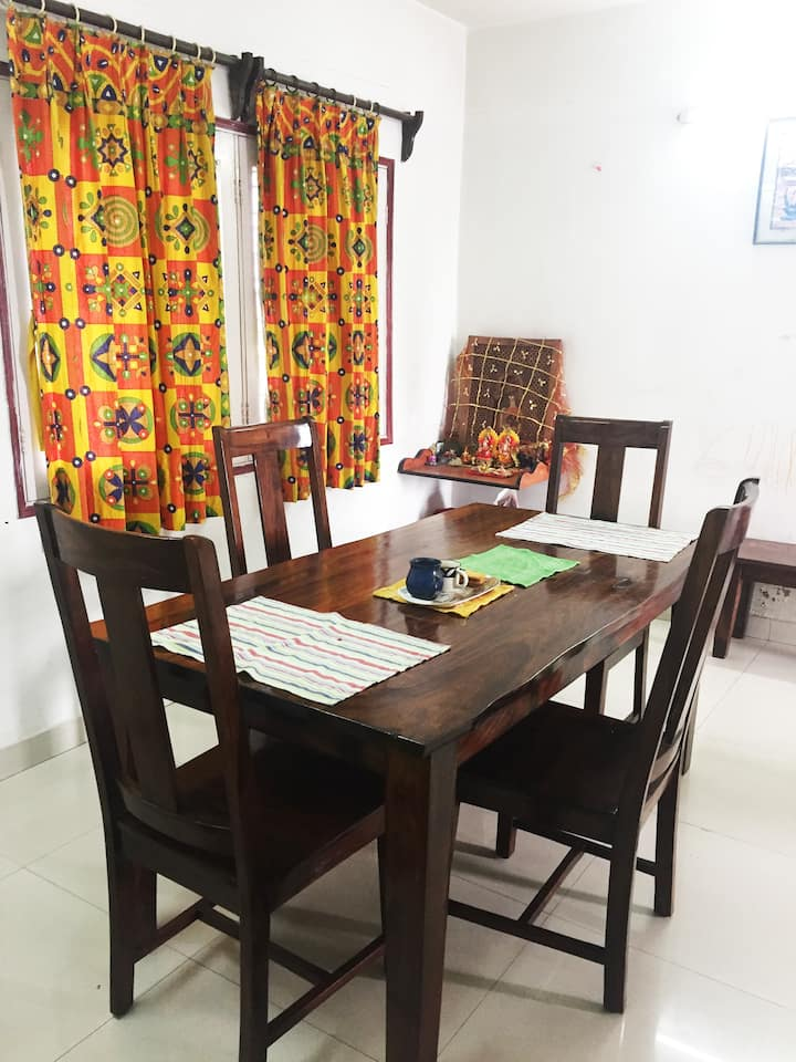 Home stay close to the airport + WiFi + AC
