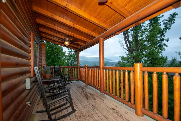 Hideaway Haven Mountain Views, Hot Tub, Pool Table, WiFi, Electric Fireplace, Close to Pigeon Forge