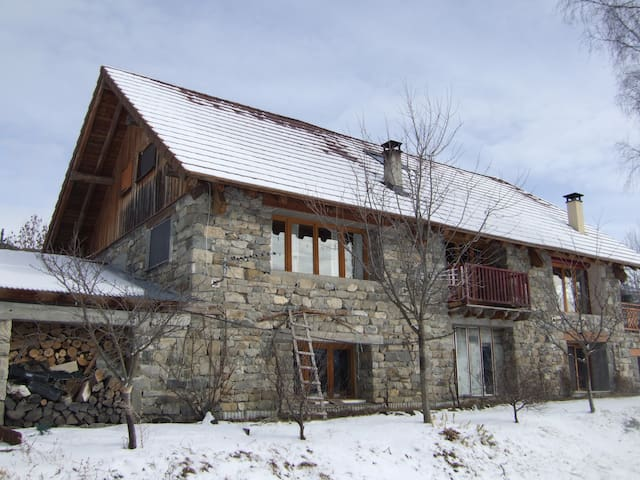 Appartement calme dans maison de pierre et de bois