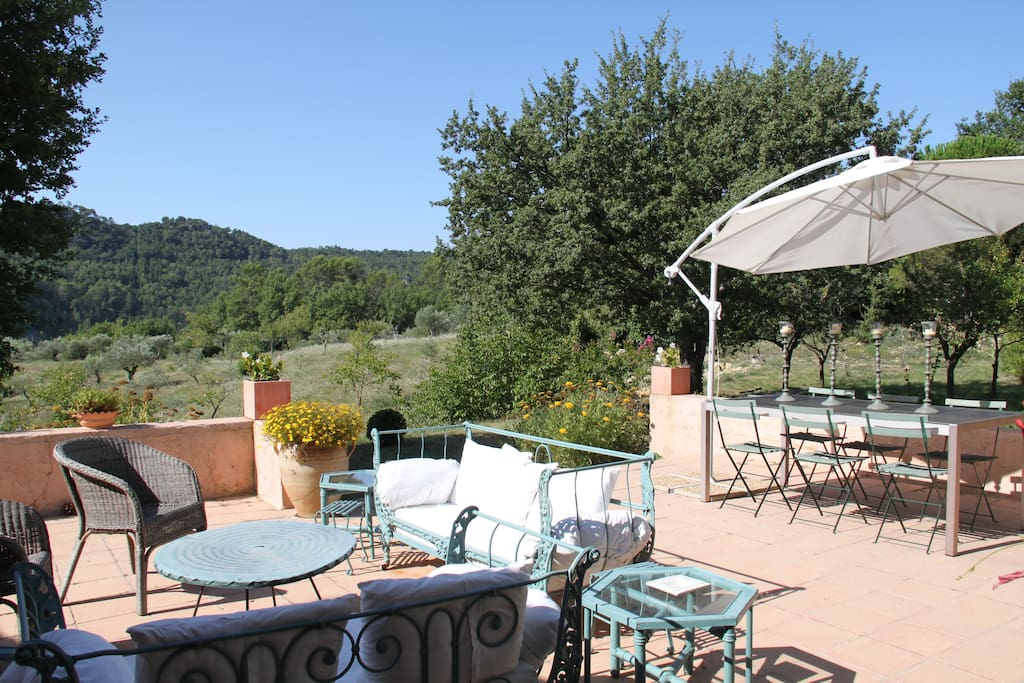 La partie Ouest terrasse, une invitation à l'apéritif et au dîner en plein air