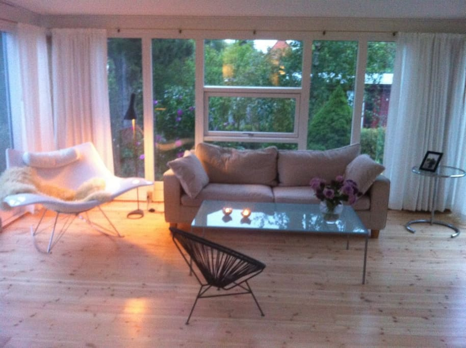 Stue med udgang til have