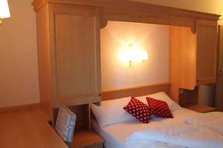 stanza con letto matrimoniale - Malè - Bed & Breakfast