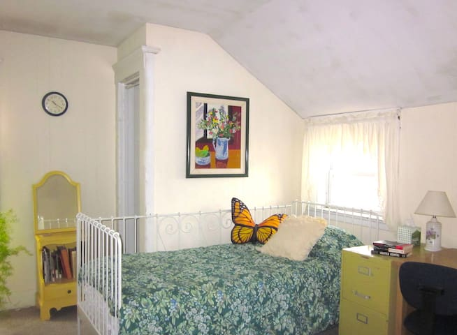 Large, bright bedroom  - Hamden