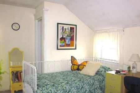 Large, bright bedroom  - Hamden - Hus