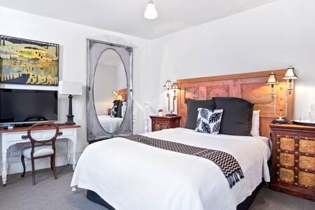 Nelson Queen bedroom with ensuite