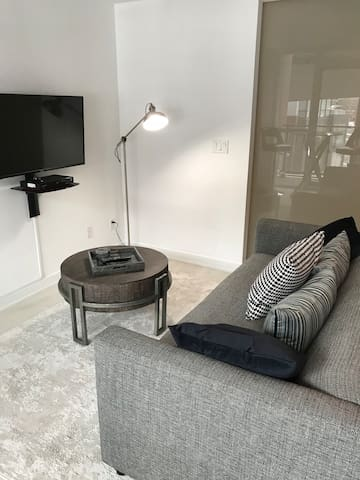 5☆ Modern Living in T.O.+Location,WiFi,Netflix,Gym