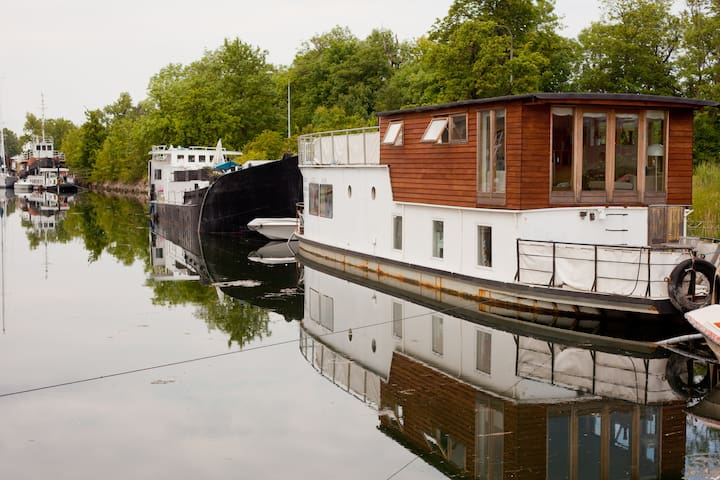 Sunny, spacious, family houseboat