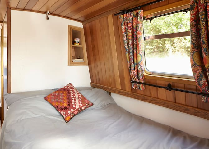 Unique Houseboat Queenie - sleeps up to 2