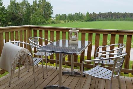 Modernt hus i Närs socken, nära golfbanan