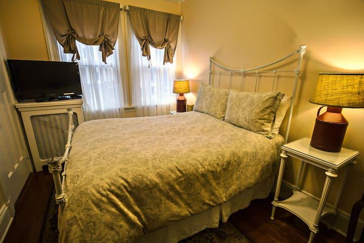 Cozy Comfort - Rm 6 ~Brookline Bed and Breakfast