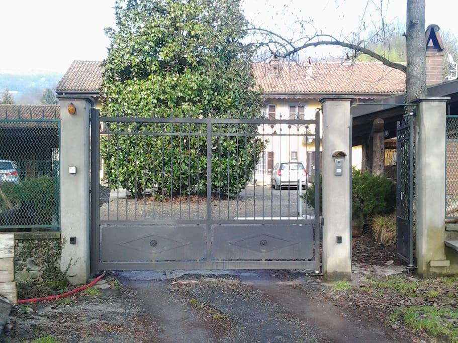 Il cancello d'ingresso al cascinale con ampia corte