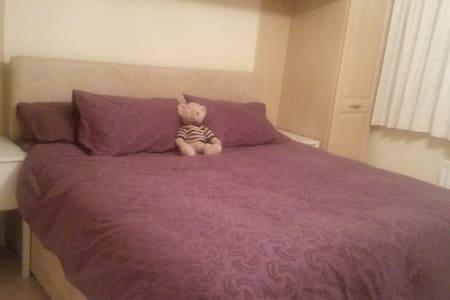 Super King Bed and Onsuite Bathroom - Ickenham