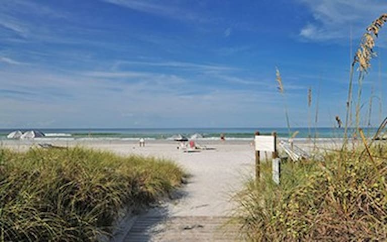 Steps from Siesta Key beach! - Siesta Key - Wohnung