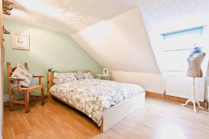Private top floor room for two - Folkestone - Haus