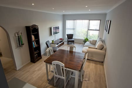 Centrally located, modern apartment in Tableview - Kaapstad