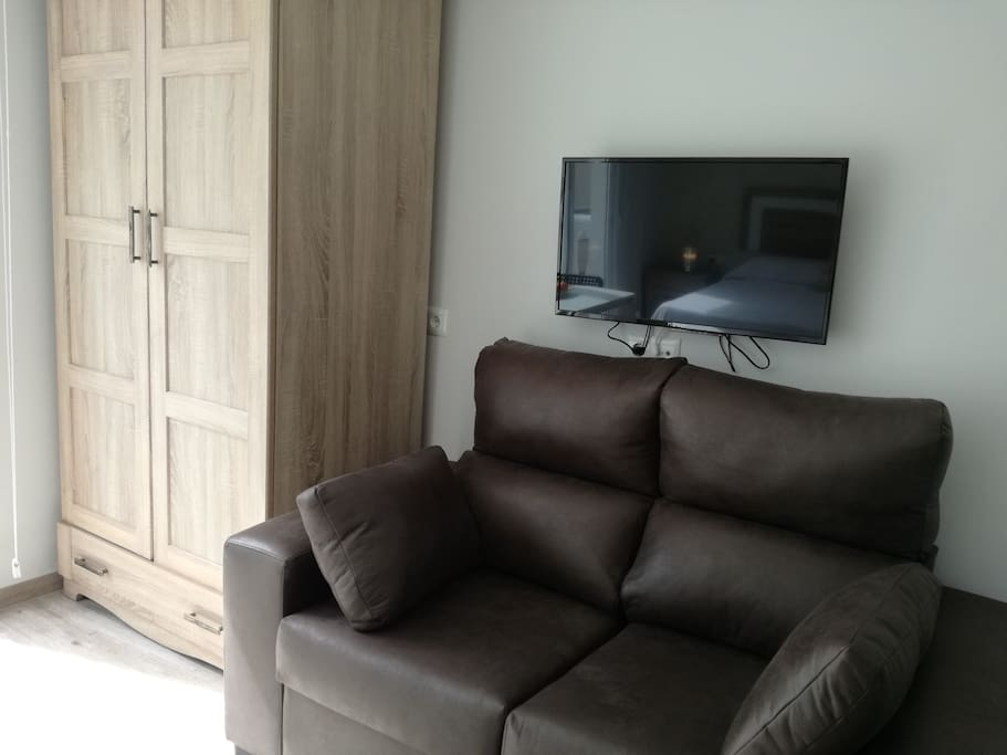 TV, SOFA , ARMARIO