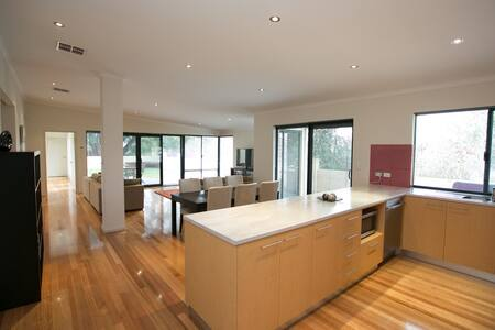 Four Seasons House - Large 4 bed nr Fremantle - Willagee - Haus