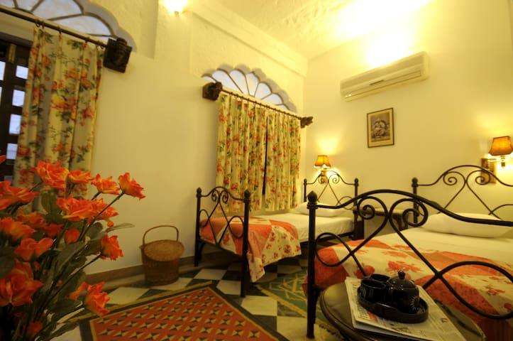 Twin bedroom in 200 years heritage Jodhpur Haveli