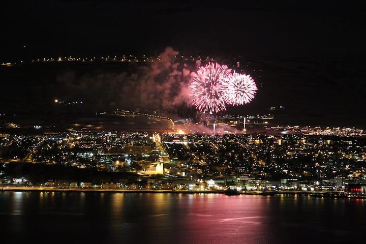 Beautiful apt. w/view over Akureyri
