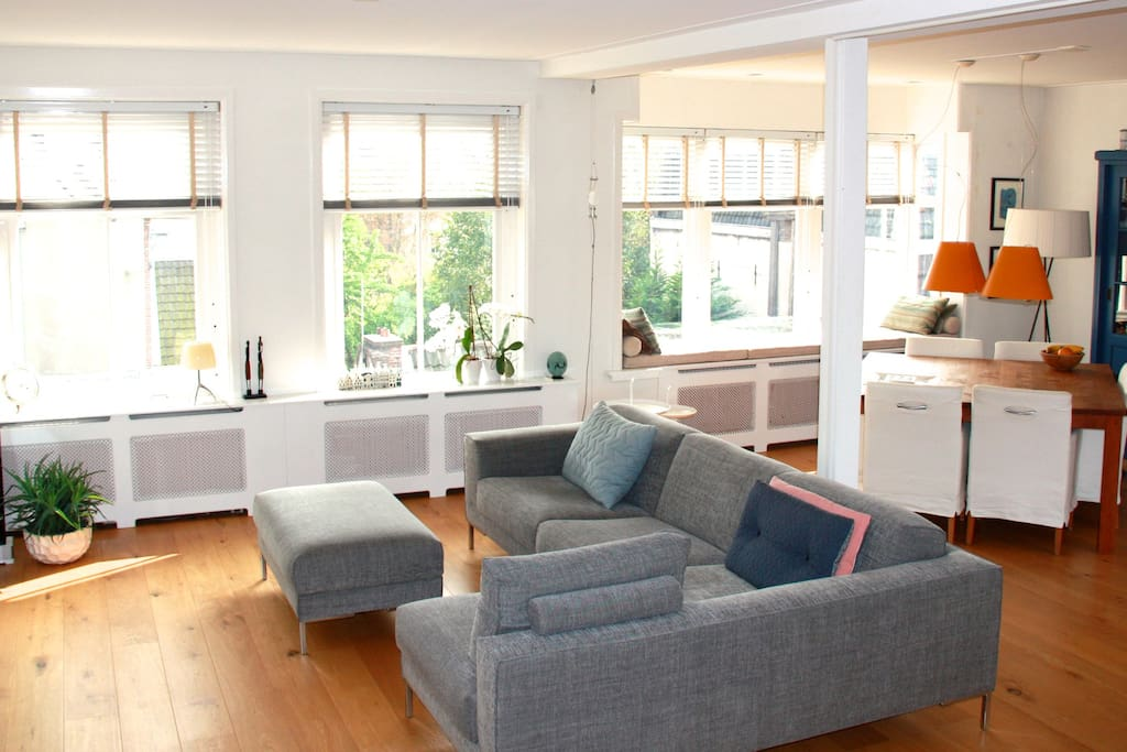 Bright and spacious livingroom with bay window and nice view on canal
