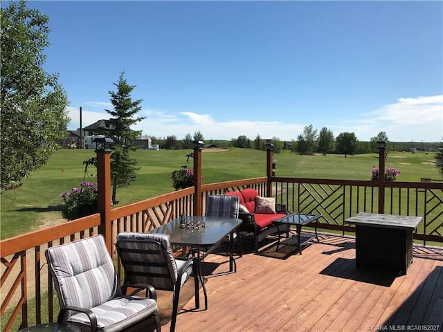 Family Cottage on golf course c/w pool, hot tub