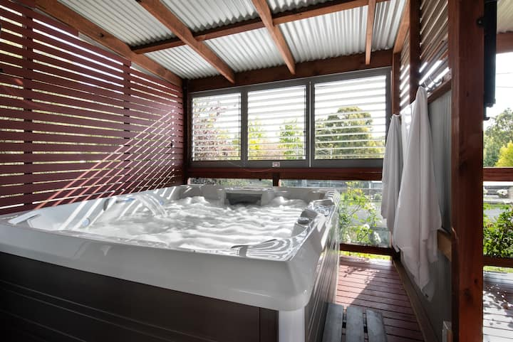 Oblique at Hepburn - 4 person Jacuzzi & Wifi!