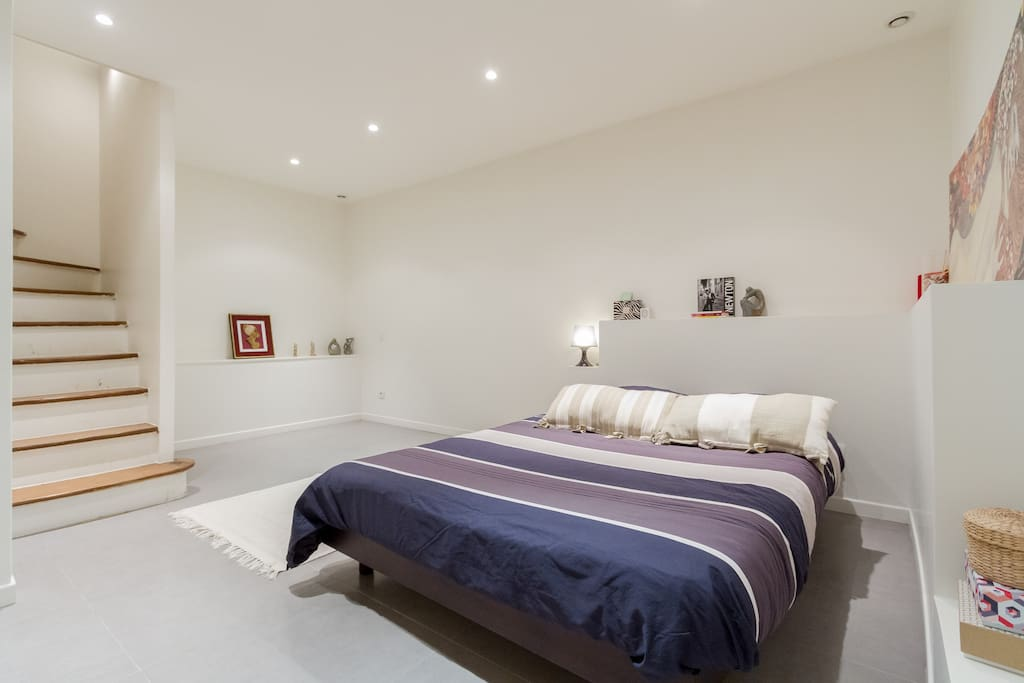 Chambre avec accès par escaliers en dur / very spacious bedroom with large stairs accessing the ground floor