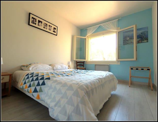 La chambre, avec une grande armoire (non visible ici ).