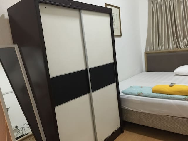 Studio Near MRT, privacy, town location