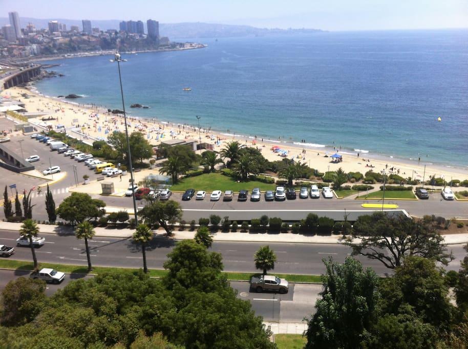 Esta es la playa que queda cruzando la calle ...