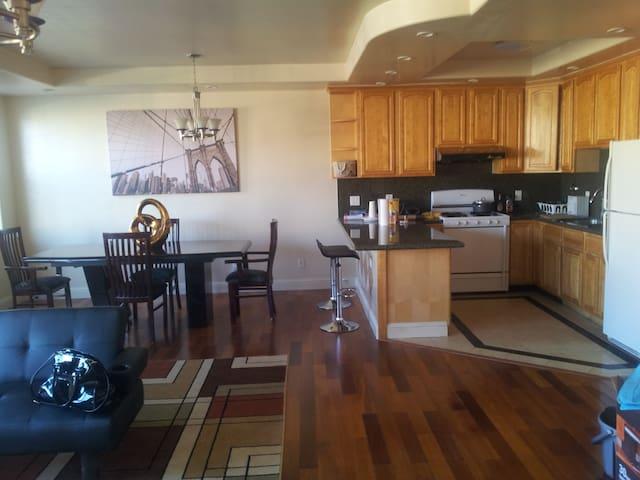 Huge Apartment 4+ Beds, 2 Baths + Parking/BART/Bus - San Francisco