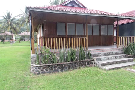 Beachfront traditional bungalow with AC 4-br