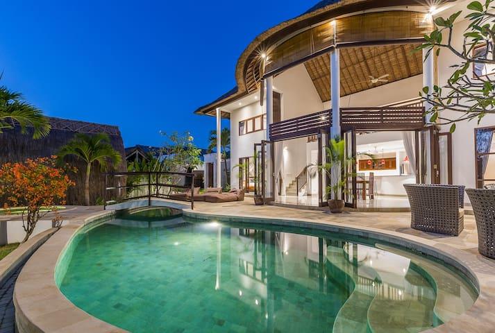 New Loft villa with jacuzzi - Surga Damai