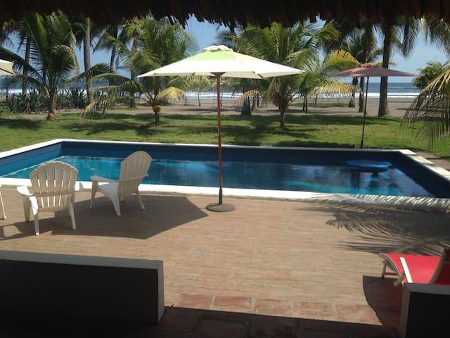 Casa frente a Playa Barra de Santiago