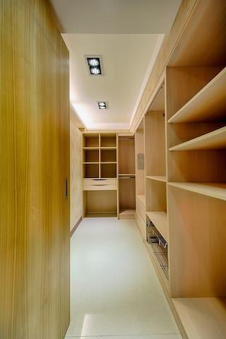 樓上-雙人套房-主臥-更衣間