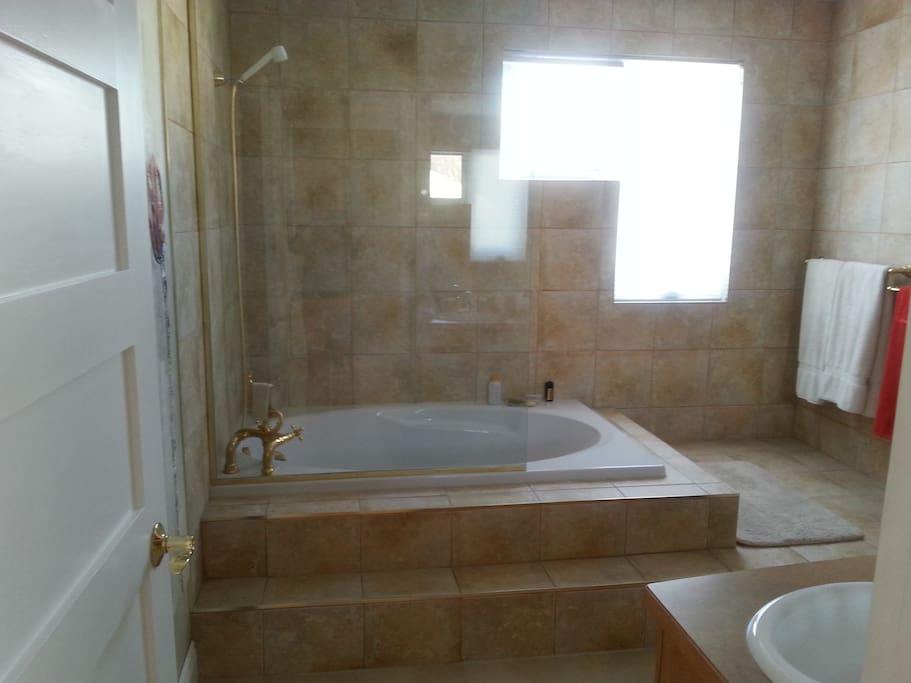 Salle de bain principale, grand bain, douche, 2 éviers