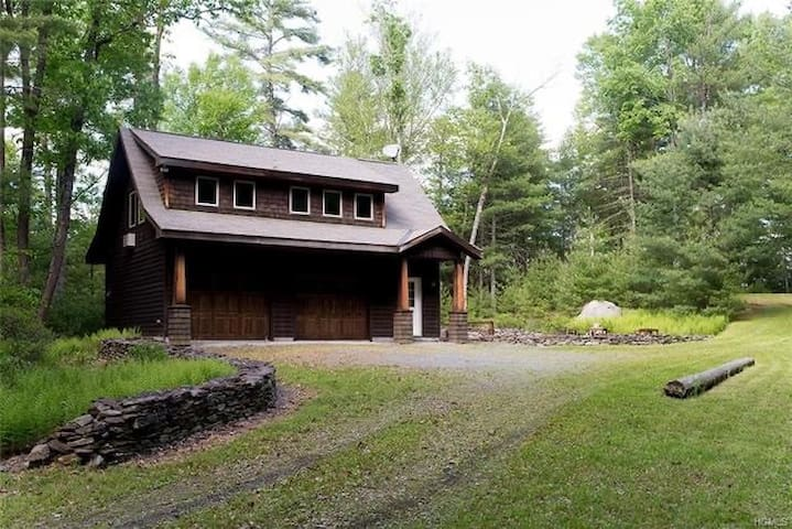 Rock Fern- Modern & cozy on 13 private acres!